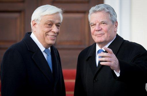 Bundespräsident Joachim Gauck (r) empfängt vor dem Schloss Bellevue den griechischen Präsidenten Prokopis Pavlopoulos. Foto: dpa