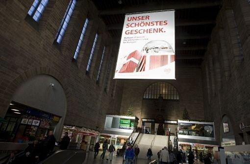 Werbeplatkate für Stuttgart 21 im Bahnhof Foto: Kraufmann