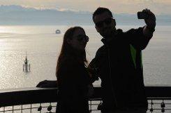 Zwei Touristen machen auf dem sogenannten Moleturm in Friedrichshafen am Bodensee am Dienstag ein Foto. Foto: dpa