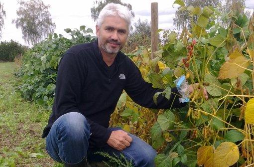 Wer an dem Experiment teilnimmt, kann sich im Herbst vielleicht wie der Experte Volker Hahn mit den eigenen Soja-Pflanzen in Szene setzen. Foto: Landessaatzuchtanstalt, Universität Hohenheim
