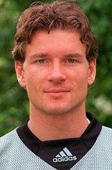 b80er Jahre:/b Ein kluger Kopf - auf und neben dem Platz: In seiner Jugend spielt Jens Lehmann beim Nachwuchs von Schwarz-Weiß Essen, nebenher macht der ehrgeizige Sportler sein Abitur. 1989 wechselt Lehmann zum FC Schalke 04, der damals noch in der zweiten Liga spielt. 1991 steigt er mit den Königsblauen auf. Foto: dpa