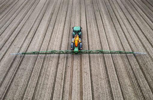 Ei n Landwirt spritzt Pflanzenschutzmittel. Foto: imago images/J. Tack/Jochen Tack via www.imago-images.de