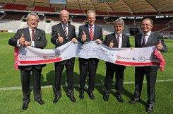 Dieter Hundt (links) bei der Eröffnung der umgebauten Mercedes-Benz-Arena im August 2011. Foto: dpa