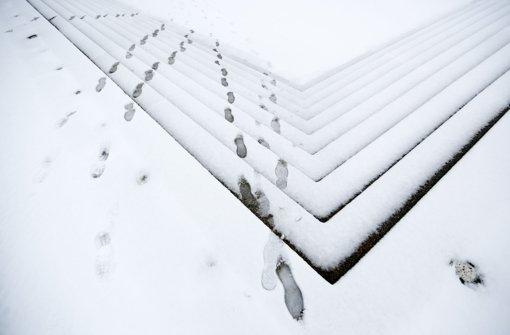 Fußspuren im Schnee sind am Dienstag in Berlin am Spreeufer im Regierungsviertel zu sehen. In der Nacht hat es in der Hauptstadt geschneit. Foto: dpa