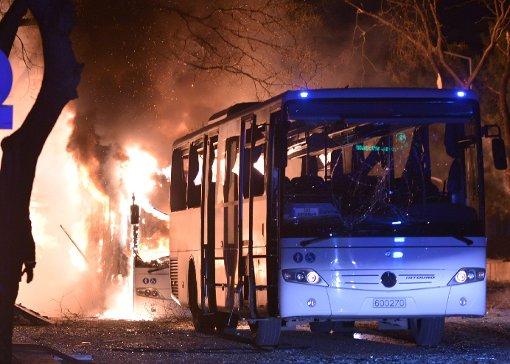 Ein türkischer Armeebus brennt nach einer Explosion in Ankara Foto: Getty