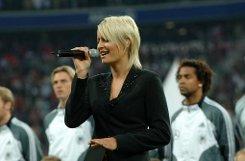 Wer erinnert sich nicht an die Eröffnungsfeier der Münchner Allianz-Arena im Jahr 2005: Die in Hamburg geborene Sängerin bSarah Connor/b war bei der a href=http://youtu.be/tYHY2kLdJOw target=_blankDarbietung der Deutschen Nationalhymne/a alles andere als textsicher. Das Fußballherz der 31-Jährigen brüht - pardon - blüht auf, wenn ...br  Foto: dpa