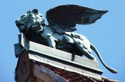 Dieser geflügelte Löwe sitzt in Stuttgart auf einem Dach. Nur auf welchem? Klicken Sie sich durch unsere Bildergalerie und testen Sie, wie gut sie sich wirklich in Stuttgart auskennen.  Foto: Belser
