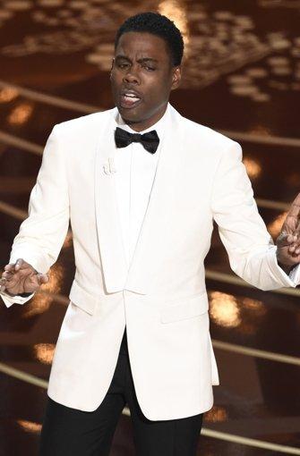 Moderator Chris Rock thematisierte bei der Oscar-Verleihung dass, was im Vorfeld schon heiß diskutiert worden war: Kein einziger Schwarzer befand sich unter den Nomibierten.  Foto: AP