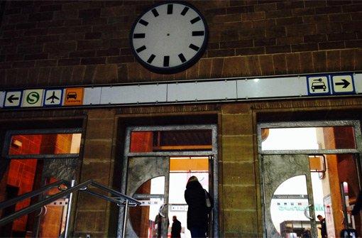 Über den Türen des Mittelausgangs im Stuttgarter Hauptbahnhof hängt eine Uhr, zeit- und funktionslos. Foto: StZ
