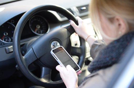 Zehn Irrtümer über das Smartphone im Auto