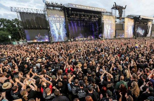Heavy-Metal-Musik im Matsch