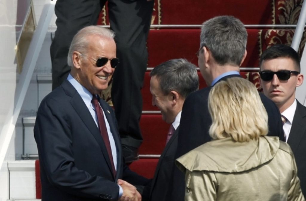 Der ukrainische Außenminister Andrij Deschtschyzja (Mitte) begrüßt den US-Vizepräsidenten Joe Biden (links) in Kiew. Foto: dpa