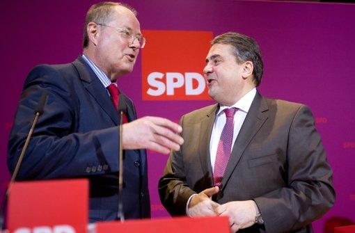 Nach dem Wahlerfolg in Niedersachsen hat der SPD-Vorsitzende Sigmar Gabriel (rechts) erbitterten Widerstand gegen das längst beschlossene Betreuungsgeld angekündigt. Foto: dpa