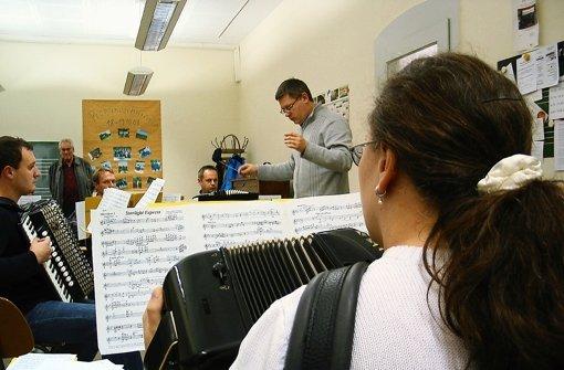 Alexander Wassylenko wird bei der Herbstfeier für sein zehnjähriges Dirigentenjubiläum ausgezeichnet. Foto: Susanne Müller-Baji