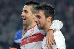 Dank eines blendend aufgelegten Vedad Ibisevic (hinten, mit Martin Harnik), der drei Mal trifft, kann der VfB Stuttgart seinen dritten Bundesliga-Heimsieg gegen Schalke 04 klar machen. Foto: dpa