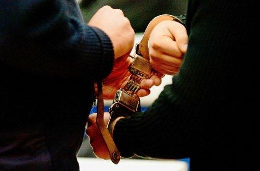Die Polizei hat drei Männer festgenommen, die einen 26-Jährigen in Fellbach in seiner Wohnung überfallen haben sollen. Die Männer sollen Mitglieder der Black Jackets sein. (Symbolbild)  Foto: dpa