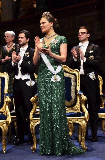 ... die Kronprinzessin gibt sich auch bei offiziellen Anlässen elegant und entspannt: Ob bei der Verleihung der Nobelpreise... Foto: dpa
