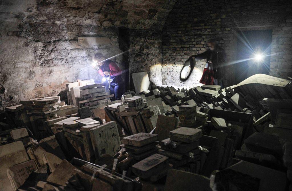 Sichtungsaktion im Tiefkeller im Stuttgarter Westen: Dort gibt es jede Menge von Lithosteinen und viele andere Fundstücke zu entdecken. Foto: Lichtgut/Max Kovalenko