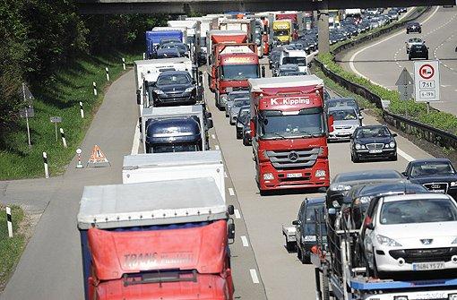 In der nahenden Reisezeit wird es auf der Autobahn rund um Stuttgart eng. Foto: Archiv