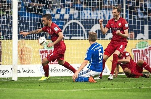 Versenkt: VfB-Stürmer Harnik (li.) trifft zum 1:1, Niedermeier feiert Foto: dpa