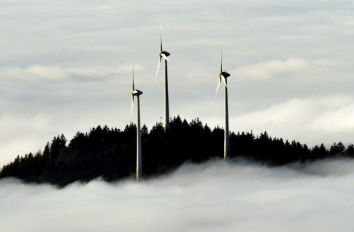 Windkrafträder auf der Kuppe des Rosskopfs bei Freiburg. Auf dem nächsten Bild sehen Sie die Dimensionen des geplanten Windkraftrads in Ingersheim.  Foto: dpa