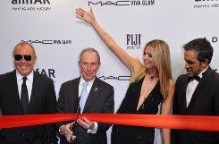 Die Gala wird von New Yorks Bürgermeister Michael Bloomberg (zweiter von links), Designer Michael Kors (links), Heidi Klum und Designer und Amfar-Gastgeber Kenneth Cole eröffnet. Foto: dpa