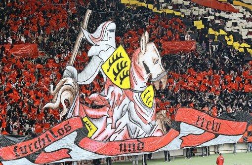 Mit dem Wappenspruch der Württemberger und einem tapferen Ritter ins Derby gegen den alten Rivalen aus Baden – der VfB Stuttgart besiegte im September 2008 den Karlsruher SC mit 3:1 Foto: Baumann