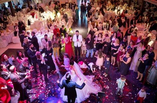 Ob in großer Runde wie hier bei dieser Hochzeit oder im kleinen Kreis – bei der Hochzeitsmesse gibt's für alle Anregungen Foto: Lichtgut/Achim Zweygarth