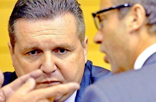 Der EnBW-Deal wird immer mehr zum Desaster für die CDU.  Landtagsfraktionschef Peter Hauk und Parteichef Thomas Strobl haben  Ex-Ministerpräsident Mappus  den Parteiaustritt nahegelegt. Der will davon jedoch nichts wissen. Foto: dpa