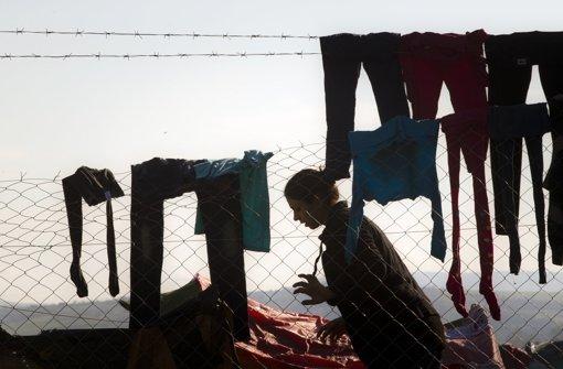 Viele verlassen zwar das Lager, aber tausende Flüchtlinge harren noch in Idomeni aus. Foto: AP