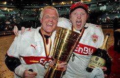 ... Kölsche Jung als VfB-Fan: bGuido Cantz/b (links, mit Joey Kelly nach dem Gewinn des Deutschen Eisfußball Pokals 2009 in der LanxessArena in Köln). Doch was hat der Guido bloß mit den Schwaben am Hut? Cantz Vater kommt aus Stuttgart und so suchte sich Klein-Guido schon in jungen Jahren den VfB als Lieblingsverein aus. Der VfB hat mich seit frühester Kindheit geprägt, sagt der Comedian, der seit 1996 Mitglied bei den Roten ist. Ob der Musiker und Extremsportler Joey Kelly ebenfalls Anhänger des VfB ist, ist nicht bekannt - das richtige Trikot trägt er ja schon mal! Ebenfalls VfB-Mitglied ist ...br Foto: dpa