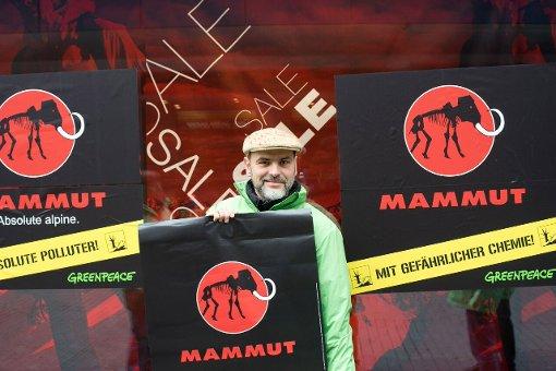 Greenpeace-Aktivisten protestierten am Samstag vor dem Mammut-Store auf der Stuttgarter Königstraße für giftfreie Outdoor-Kleidung. Foto: Greenpeace Stuttgart