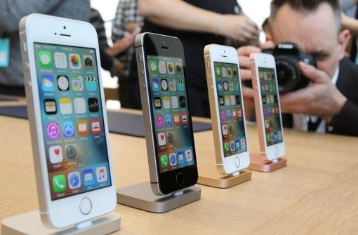 Ziel der Medien-Aufmerksamkeit: Apples neues iPhone SE ähnelt äußerlich dem iPhone 5, hat aber großteils die Technik der 6er-Serie an Bord. Foto: dpa