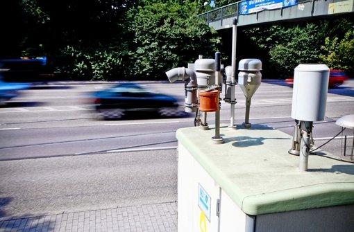Eine Feinstaubmessstelle am Brennpunkt Neckartor:  2020, spätestens 2021, sollen die Grenzwerte hier eingehalten werden Foto: Peter-Michael Petsch