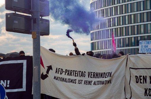 AfD-Gegner blockieren Messe-Eingang