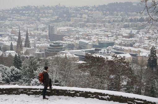 Ein Mann blickt auf das schneebedeckte Stuttgart. Kurz vor dem ersten Adventswochenende sind die Temperaturen gefallen - und mit ihnen die ersten Schneeflocken auch in Stuttgart. Wie Sie sich winterfest machen, erfahren Sie in unserer Bildergalerie. Foto: dpa