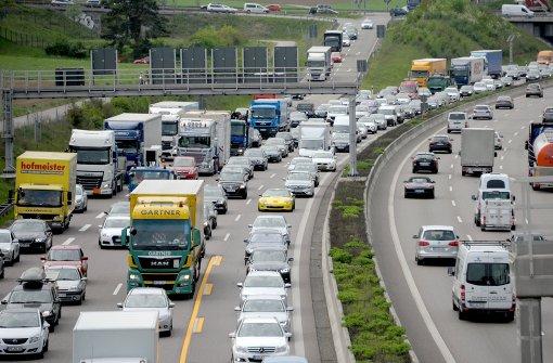 Lastwagen-Unfall sorgt für Vollsperrung der A8