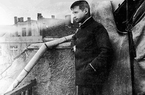 Franz Jung auf dem Balkon eines illegalen Quartiers 1919, kurz nach dem Ersten Weltkrieg. Foto: Edition Nautilus