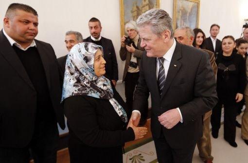 Bundespräsident Joachim Gauck begrüßt Ayse Yozgat Foto: dpa