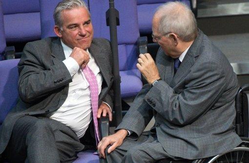 Wolfgang Schäuble (rechts) und sein Schwiegersohn Thomas Strobl unterhalten sich am Donnerstag im Bundestag. Aber worüber? Geht es womöglich um den Asylkurs der Kanzlerin, der den beiden baden-württembergischen CDU-Spitzenpolitikern missfällt? Foto: dpa