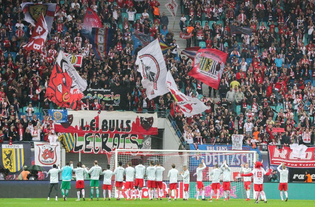 Vfb Stuttgart Bei Rb Leipzig Vfb Fans Schmuggeln Stinkefinger