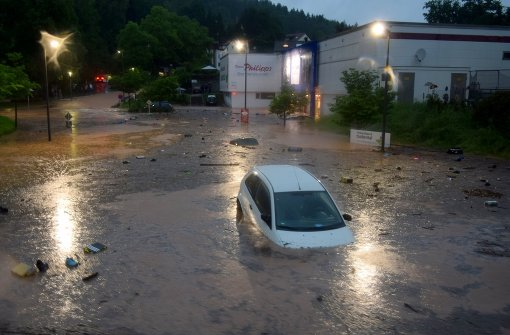 Autos schwimmen in Schwäbisch Gmünd durch die Straßen