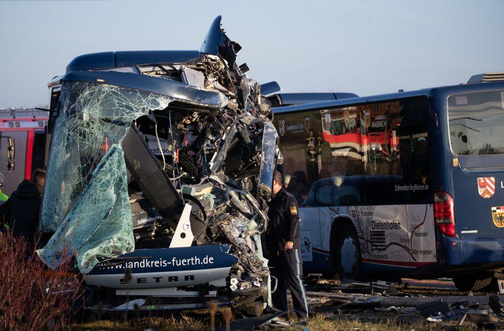 Schwerer Unfall In Bayern Busse Stoßen Frontal Zusammen Viele