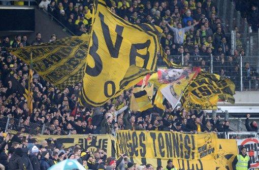 Aus dem Dortmunder Block hagelt es Tennisbälle zum Protest gegen zu hohe Eintrittspreise Foto: dpa