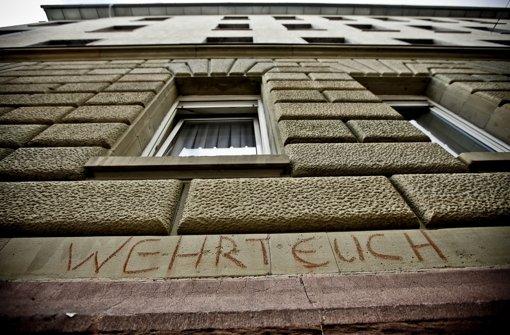 """""""Wehrt Euch"""" steht auf der Wand eines Wohnhauses in der Urbanstraße in Stuttgart. Noch wissen die Bewohner nicht, ob sie während der Tunnelarbeiten für Stuttgart 21 ausziehen müssen. Foto: Piechowski"""