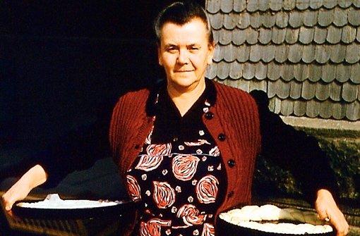 Auf dem Weg zum Bäcker, um Kuchen und Hefekranz backen zu lassen: Dieses Bild, das die Birkacherin Luise Schwarz in den 50ern zeigt, war typisch für viele schwäbische Dörfer. Foto: privat
